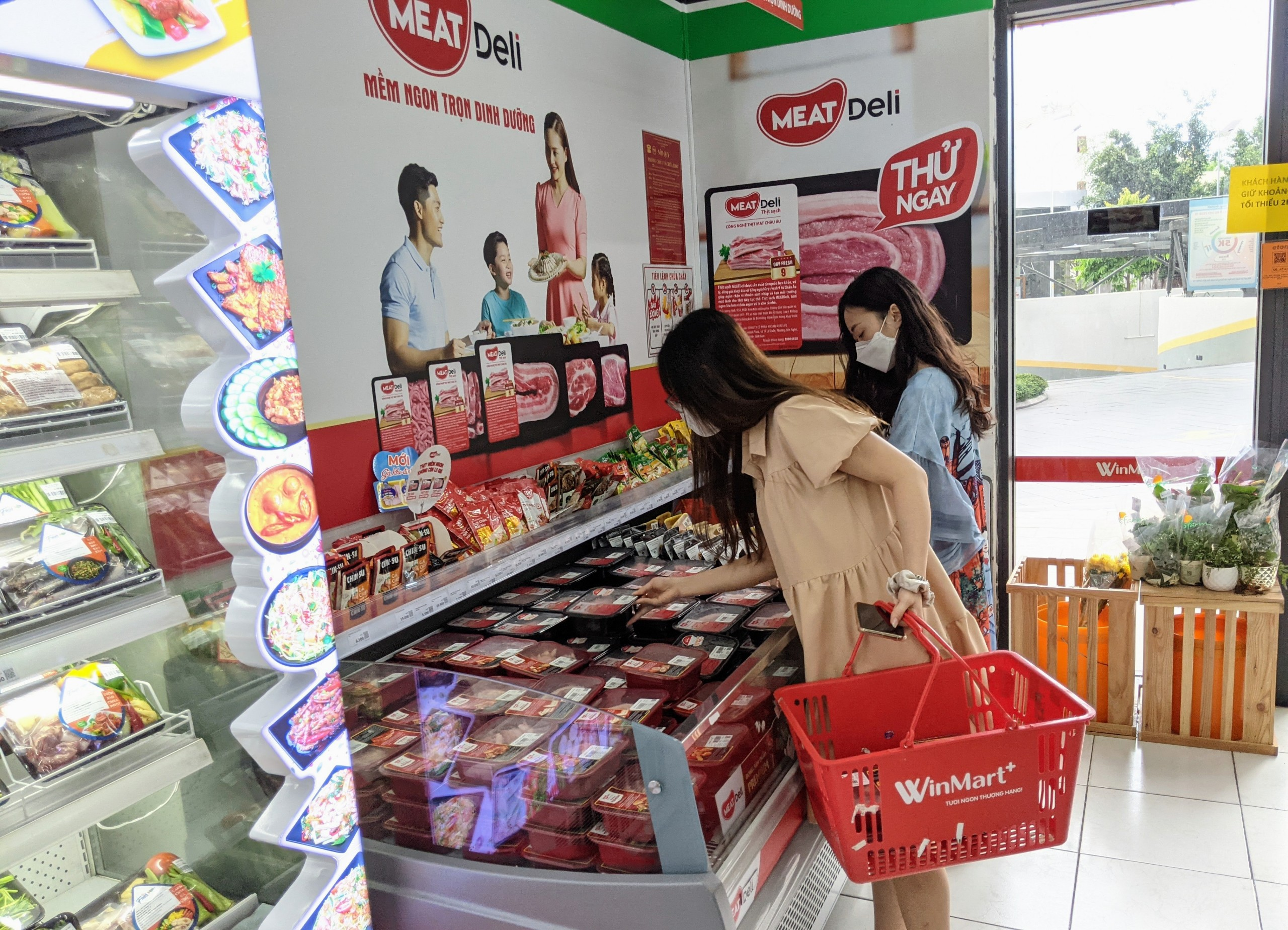 Khách mua thịt heo sạch MEATDeli tại cửa hàng VinMart+.jpg