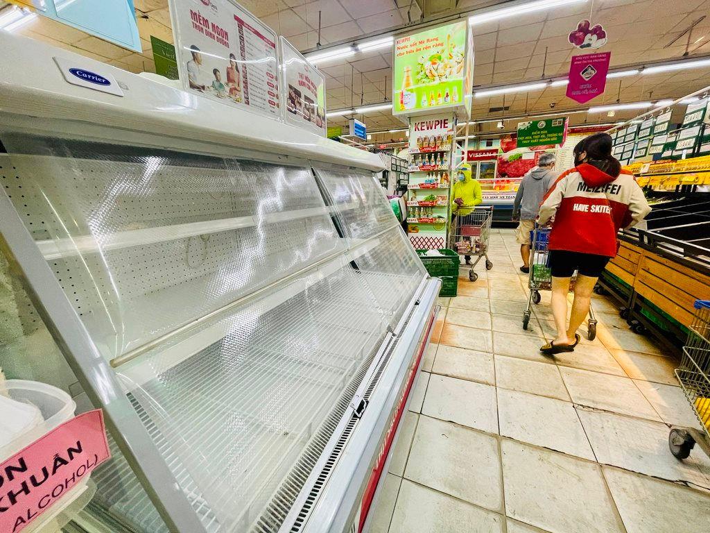 Nhiều siêu thị ở TP. Hồ Chí Minh bị trống kệ cục bộ