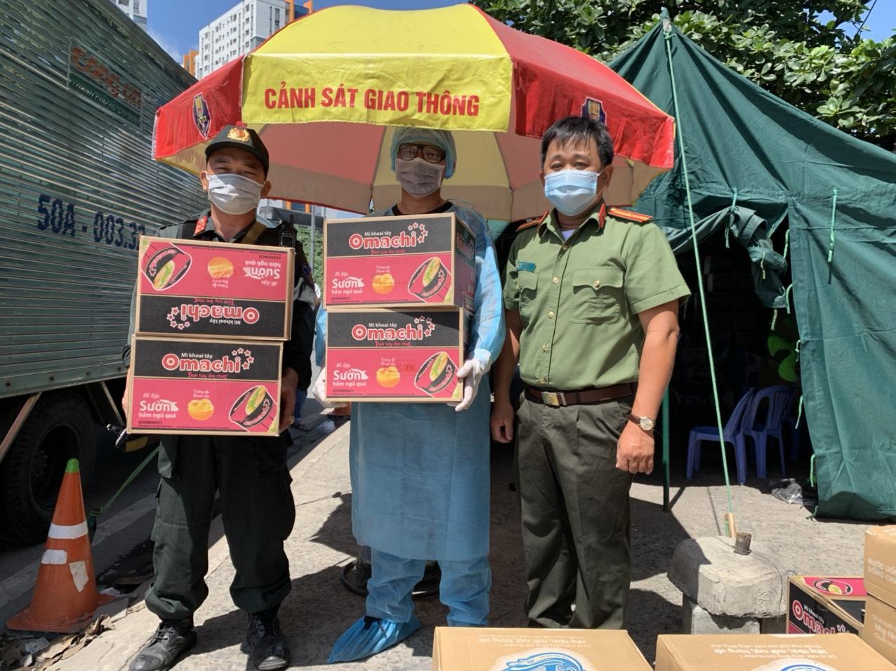 Các sản phẩm thiết yếu của Tập đoàn Masan được trao tận tay các nhân viên y tế và lực lượng công an tại các chốt chống dịch ở TP.HCM.jpg